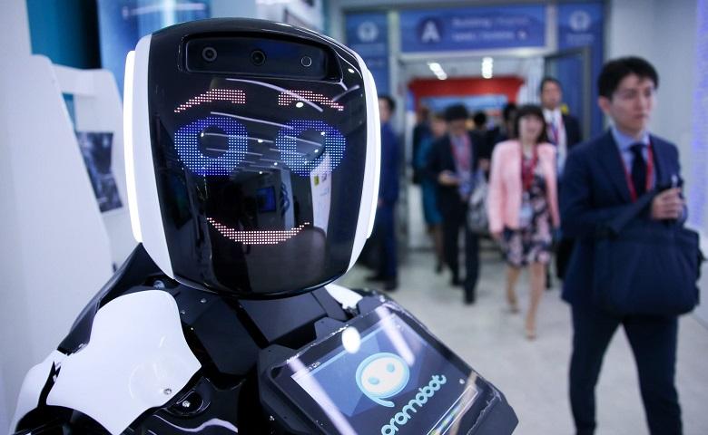 تصویر از ربات Promobot اطلاعاتی از ویروس کرونا را در اختیار کاربران قرار می دهد